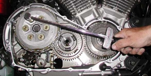 Deflector style torque wrench